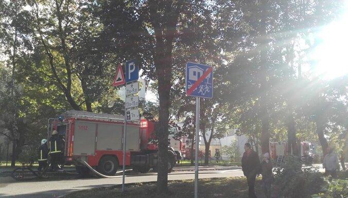 ФОТО: В Риге загорелось здание Юглской средней школы, эвакуировано 155 человек