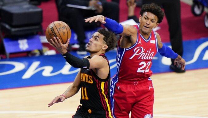 Jangs gūst 35 punktus 'Hawks' uzvarā pirmajā NBA ceturtdaļfināla spēlē