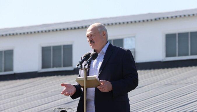 Появилось новое фото Лукашенко с автоматом на фоне резиденции