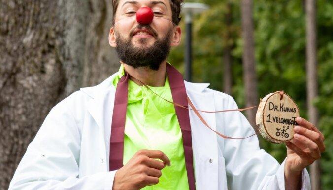 'Kad biju noguris, uzliku sarkano degunu.' Dr. Klauns Jaukulis labdarības maratonā