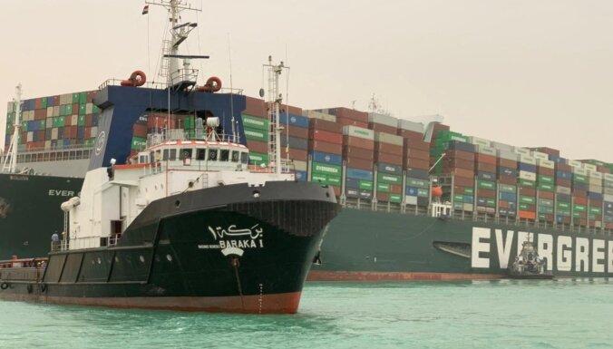 ВИДЕО: Из-за севшего на мель судна сотня кораблей стоит в пробке в Суэцком канале