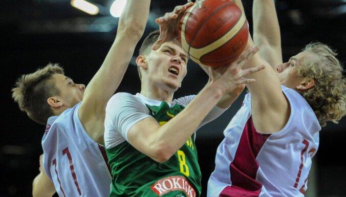 Latvijas U-19 basketbolisti vēlreiz zaudē lietuviešiem; Helmanim trauma