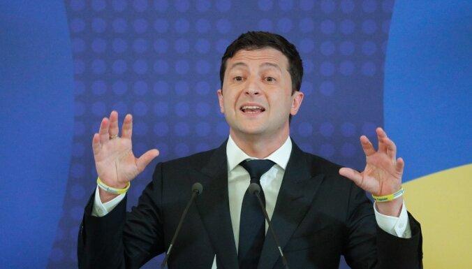 Zelenskis piedāvā lustrācijas likumu attiecināt arī uz Porošenko un deputātiem