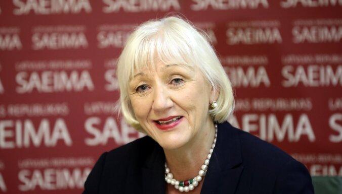 Augstākās Padomes deputātu laulātajiem rosina saglabāt pusi no dzīvesbiedru speciālās pensijas