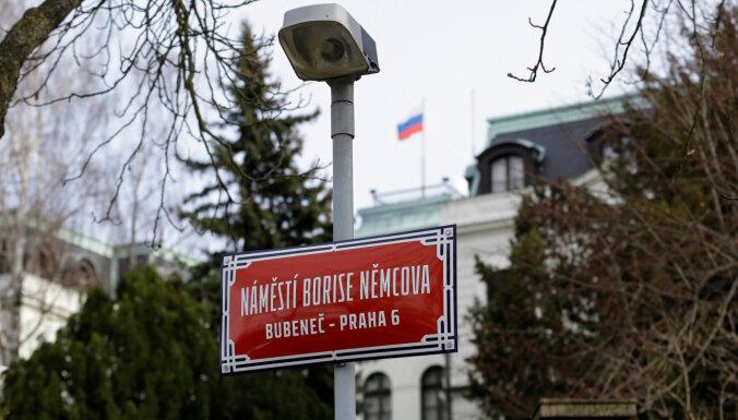 """Чехия высылает двух российских дипломатов после """"рицинового скандала"""""""