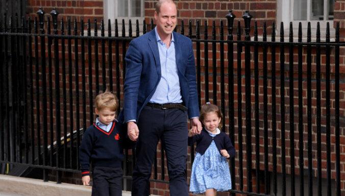 Sirsnīgi kadri: Karaliskie ķipari dodas apciemot mazo brālīti