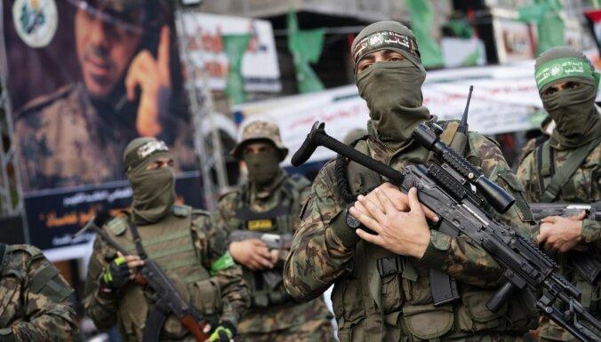 Foto: Simtiem 'Hamas' kaujinieku Gazā sarīko militāro parādi