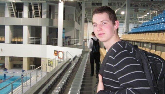 Uvis Kalniņš pirmo reizi labo individuālo Latvijas rekordu peldēšanā