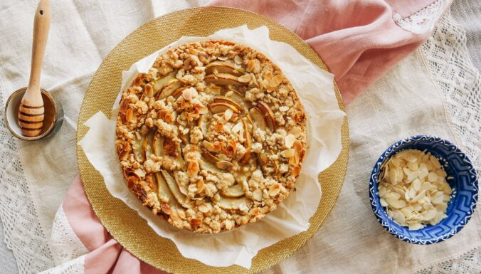 Ātrā drumstalkūka ar bumbieriem, medu un mandelēm
