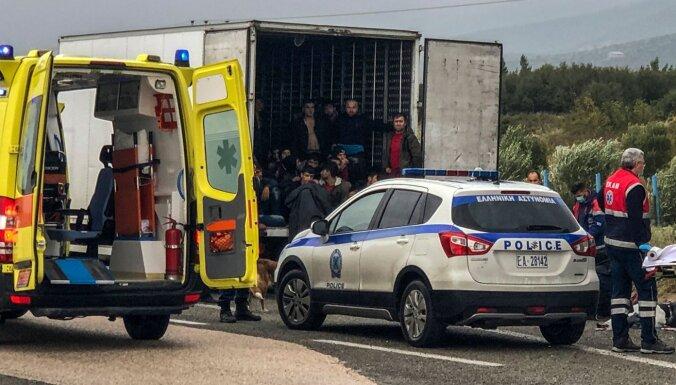 ВИДЕО: В Греции в холодильной камере грузовика нашли 41 мигранта
