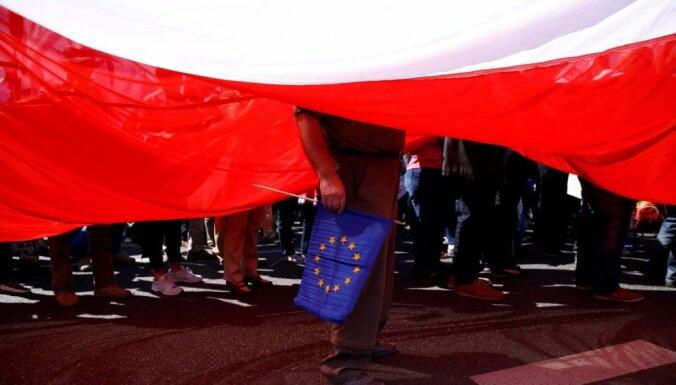 ES oficiāli brīdina Poliju par tiesu sistēmas reformām