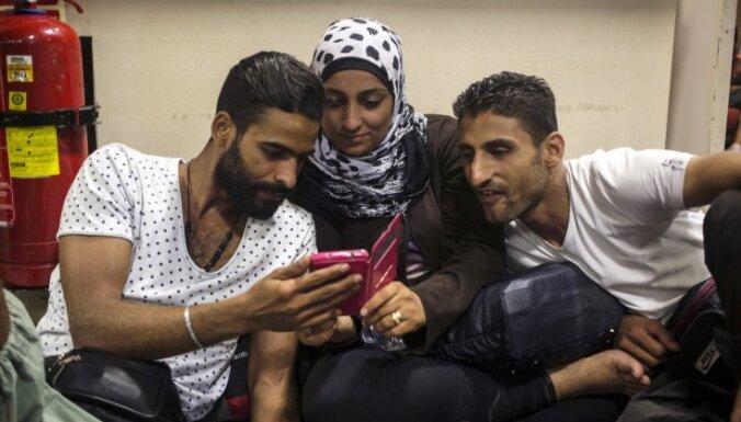 Власти Австрии будут отбирать у мигрантов телефоны и деньги