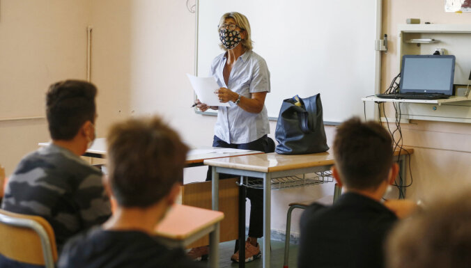 Covid-19: Latvijā inficējies skolas pedagogs un kāds students