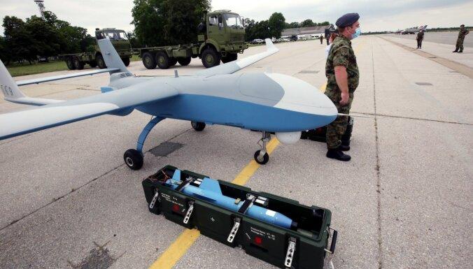 Serbija militārajās mācībās atrāda ķīniešu dronus un krievu iznīcinātājus
