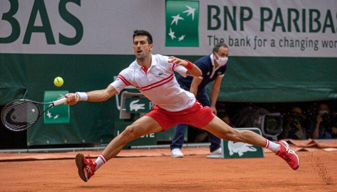 'French Open': Džokovičs, Nadals un Švarcmans atspēlējas un iekļūst ceturtdaļfinālā