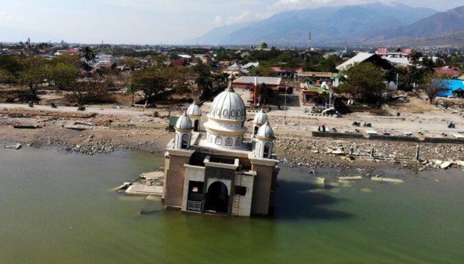 Bojāgājušo skaits Indonēzijas zemestrīcēs un cunami pieaudzis līdz 1658