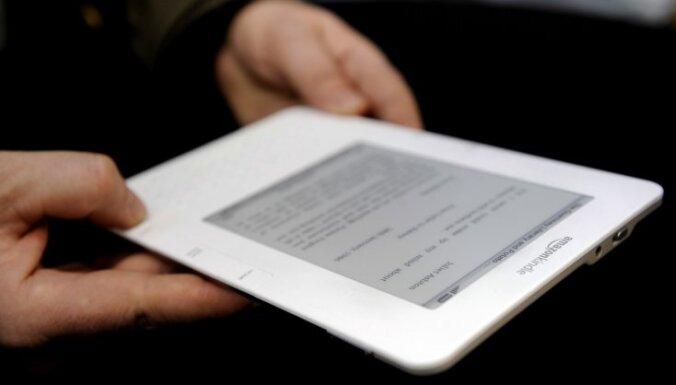 ASV diplomāte zvērestu nodod pie e-grāmatu lasītāja 'Kindle'
