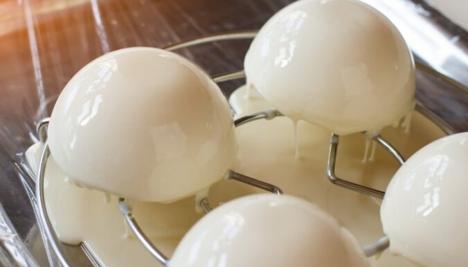 Greznām kūkām un kūciņām – kā pagatavot spoguļglazūru mājās