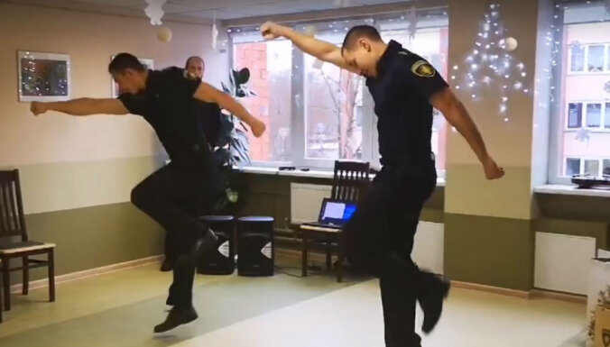 Pašmāju sensācija: Policijas koledžas kadetu apsveikums aprūpes centrā