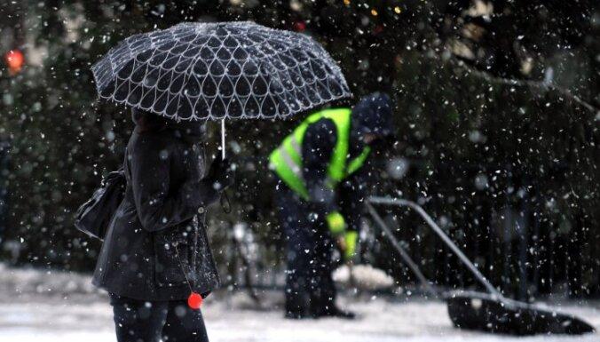 Brīdina par stipru snigšanu un miglu vakarā Kurzemes pusē
