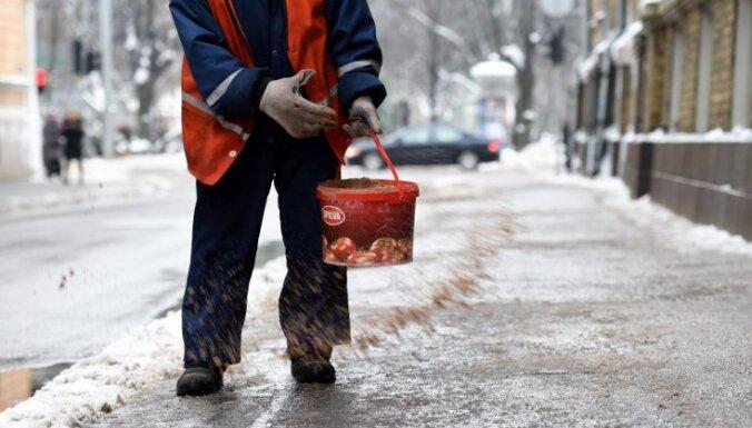 В Риге начинают эксперимент: из-за жалоб жителей часть улиц перестают посыпать солью