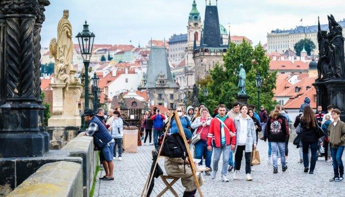 ФОТО. В Праге вновь появились туристы, но свободно пройти по улицам города все еще можно