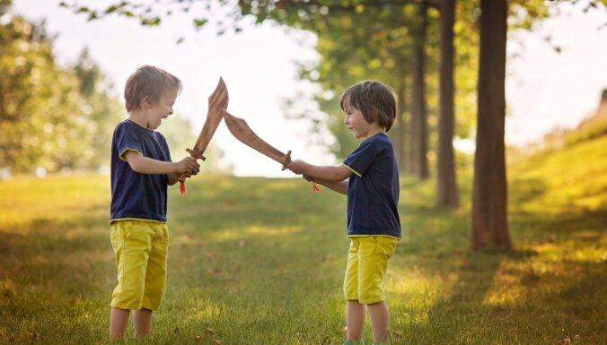 Pieci noderīgi padomi, kā panākt, lai bērni pārstāj ķīvēties