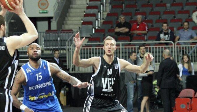 Kaspars Bērziņš ceļgala operācijas dēļ nevarēs palīdzēt Latvijas basketbola izlasei