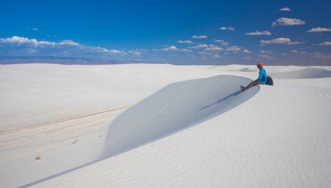 Sniegbaltais tuksnesis Ņūmeksikā, kur vizinās ar kamanām un gaisa baloniem
