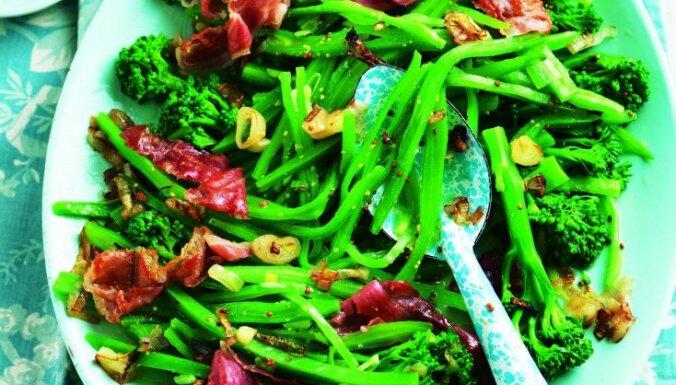 Zaļie brokoļu un pupiņu salāti ar bekonu