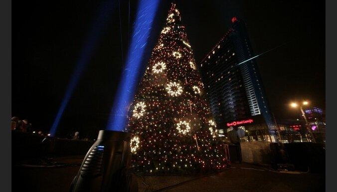 В Риге у КМ зажжена первая рождественская елка