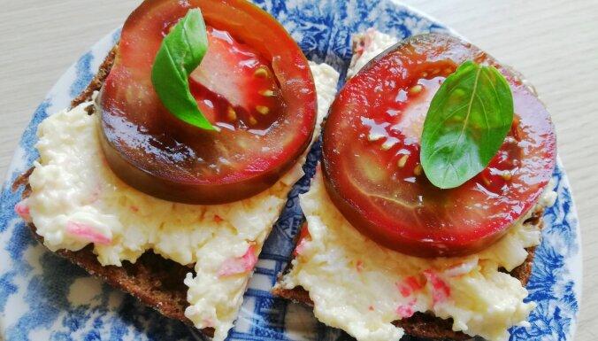 Tomātmaizītes ar siera un krabju nūjiņu salātiem