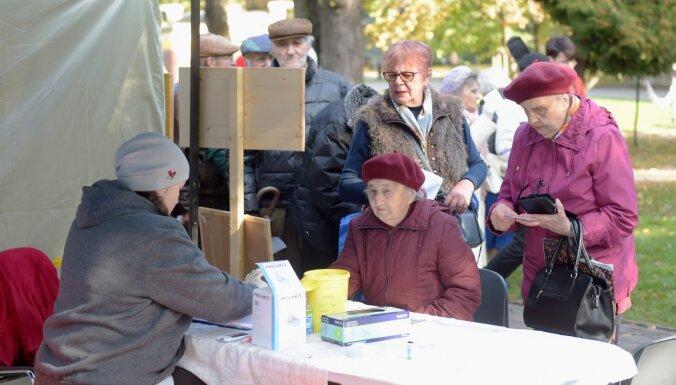 Foto: Simtiem cilvēku piedalās Veselīga dzīvesveida aktivitātēs Vērmanes dārzā