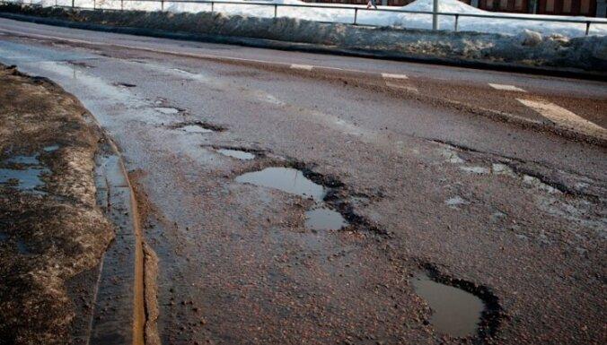 'Parāds' autoceļu remontam sasniedz valsts gada budžeta apmēru – četrus miljardus latu