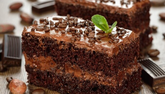 Gatava 10 minūtēs: kafijas biskvīta torte ar šokolādes-riekstu krēmu