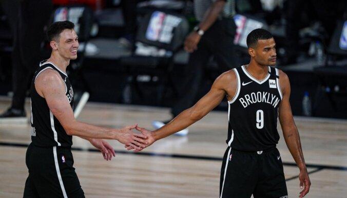 Kurucs jaunajā pozīcijā palīdz pieveikt NBA līderus; 'Mavericks' svin pirmo uzvaru