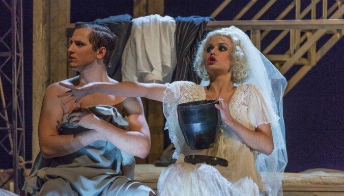 Foto: Dailes teātrī tapusi izrāde 'Amerika jeb Bez vēsts pazudušais'