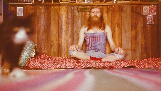 Iznākusi grāmata par hipijiem padomju laikā 'Mati sarkanā vējā'
