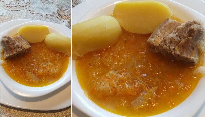 Gardā skābu kāpostu zupa ar cauraudzīti un vārītiem kartupeļiem