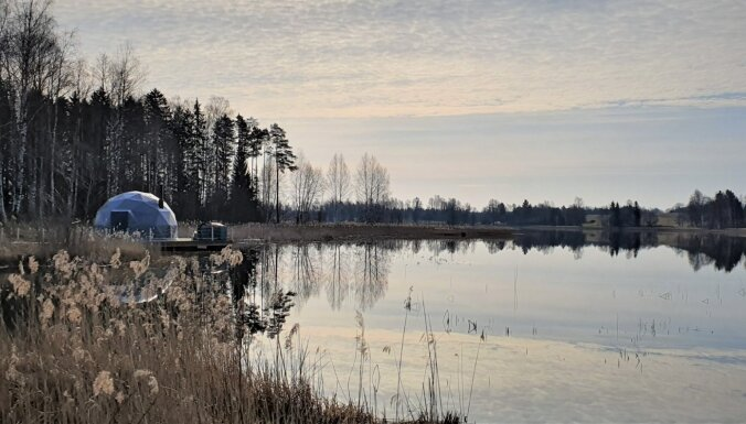 ФОТО. Ночь в куполе у озера – необычное место отдыха под Цесисом