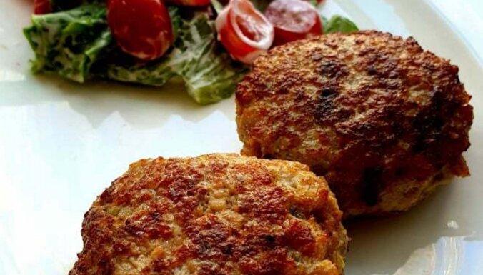 Sulīgas un pufīgas vistas-kabaču kotletes ātrai maltītei