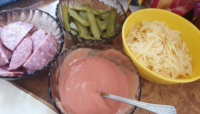 Ašie pīrādziņi ar desu, sieru un marinētiem gurķīšiem