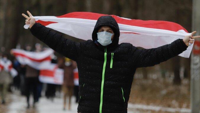 Protestējot pret Lukašenko, Minskā gaisā palaisti sarkani un balti baloni