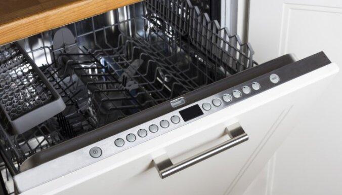 Pie ledusskapja vai cepeškrāsns: kur novietot trauku mazgājamo mašīnu