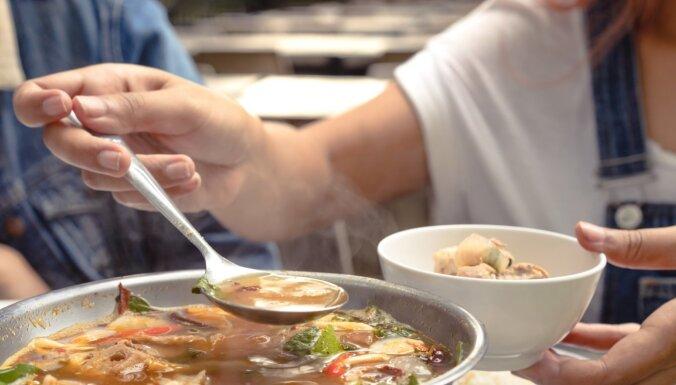 Pazudīs no šķīvja vienā rāvienā – sildošu zupu idejas gardām vakariņām