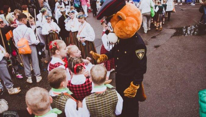 Foto: Policija uzmana kārtību Skolēnu dziesmu svētkos
