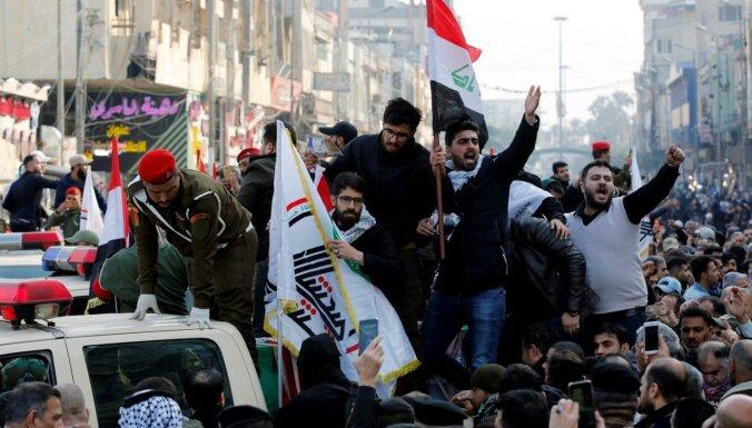 Foto: Bagdādē tūkstošiem irākiešu atvadās no ASV triecienā nogalinātajiem komandieriem