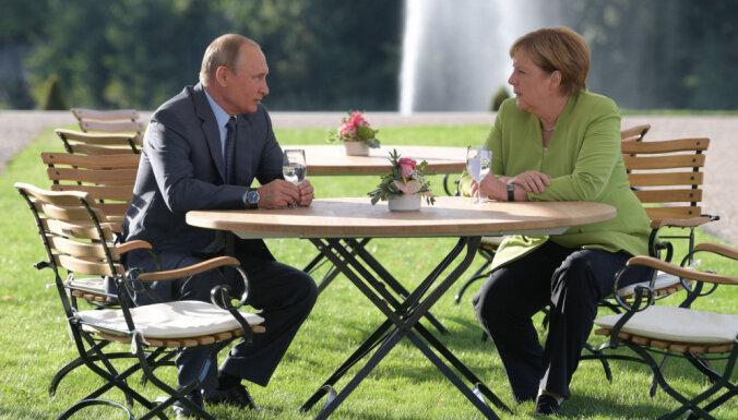 """Песков рассказал о подробностях """"полезной своевременной"""" беседы Путина и Меркель"""