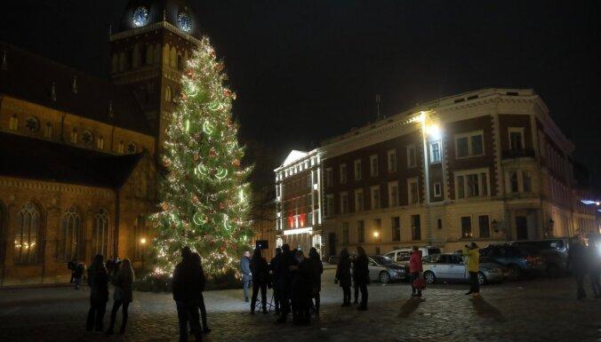 ФОТО: В Риге украсились огнями главные городские елки