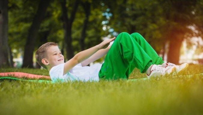 Bērnus mudina iesaistīties tiešsaistes vingrošanas nodarbībās – pareizas stājas attīstības veicināšanai